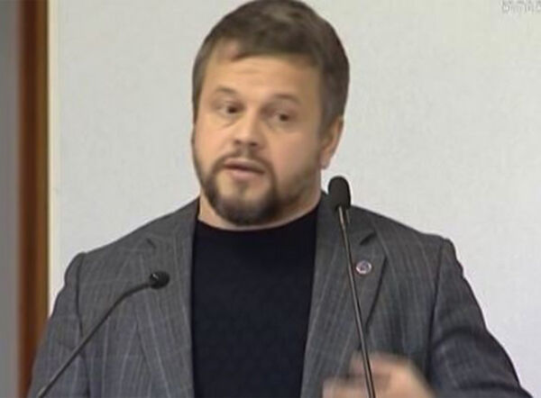 Последний раз Юрий Азиков появлялся перед камерами собъяснениями в2017 году / Скриншот изсюжета «Вести Югория» (в2021 году видео недоступно)